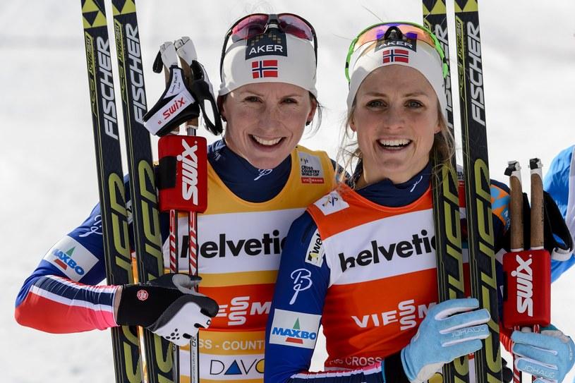 Norweżki Marit Bjoergen i Therese Johaug /AFP