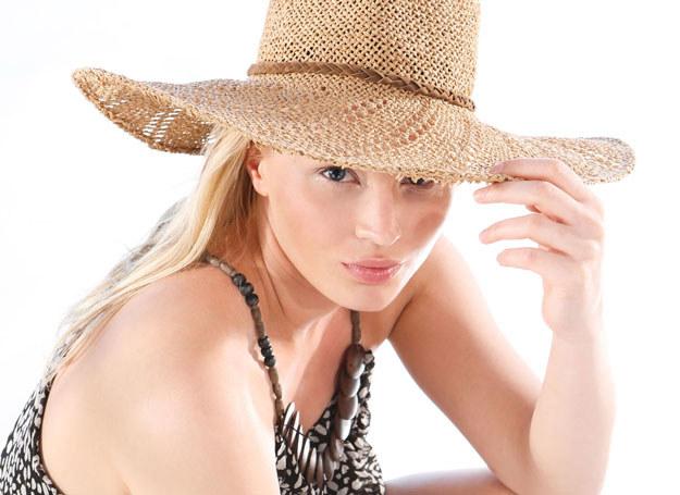 Noś kapelusz - to pomoże ci zapobiec przebarwieniom /123RF/PICSEL