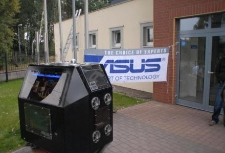 NOS -  komputer wielkości małej lodówki poruszającego się na gąsienicach i ziejący ogniem. /PCArena.pl