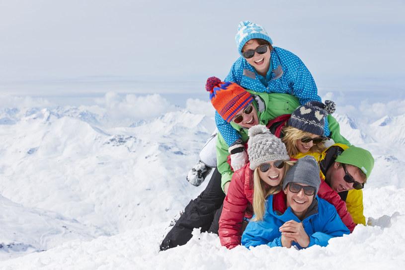 Noś okulary przeciwsłoneczne - nawet zimą /123RF/PICSEL