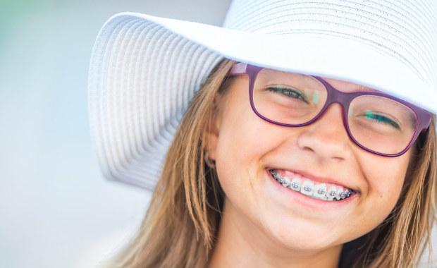 Nosisz aparat i jedziesz na urlop? Przeczytaj koniecznie poradnik ortodonty