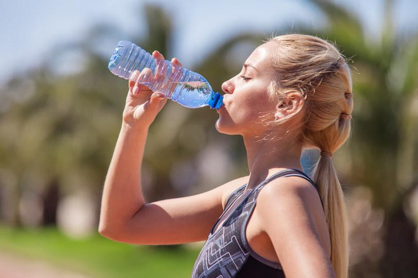 Nośmy ze sobą buteleczkę wody i popijajmy małymi łykami przez cały dzień /123RF/PICSEL