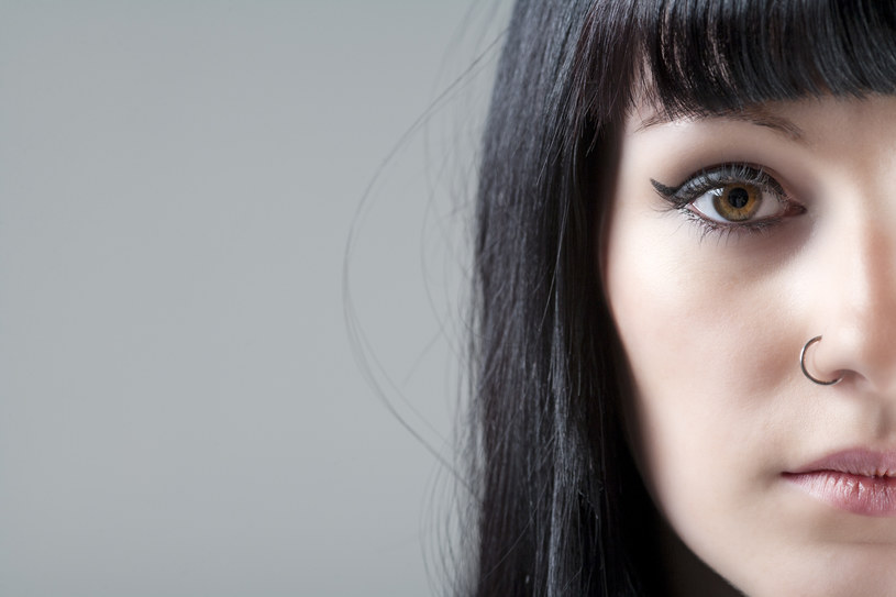 Nostril, czyli kolczyk w nosie powinien być wykonany przez kompetentną osobę /123RF/PICSEL