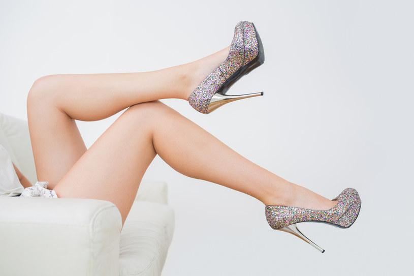noszenie butów na obcasie /© Photogenica