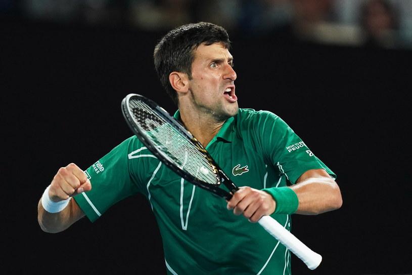 Novak Djoković cieszy się z wygranej w pojedynku z Rogerem Federerem /Michael Dodge /PAP/EPA