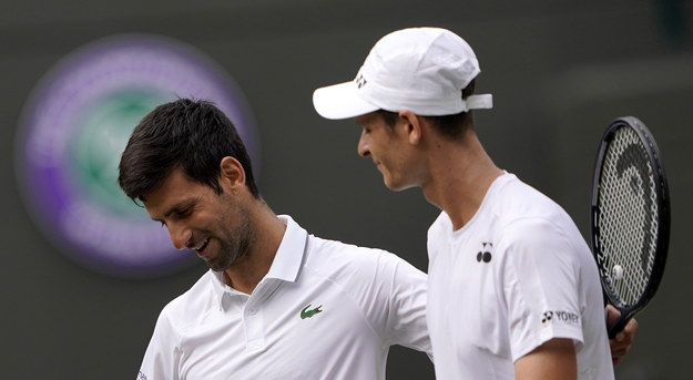 Novak Djoković i Hubert Hurkacz tuż po zakończeniu 3-godzinnego pojedynku w trzeciej rundzie Wimbledonu /NIC BOTHMA /PAP/EPA
