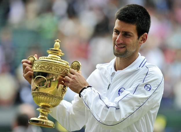 Novak Djoković w wimbledońskim trofeum /AFP