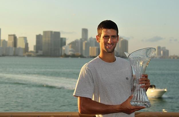 Novak Djoković z trofeum za zwycięstwo w Miami /AFP