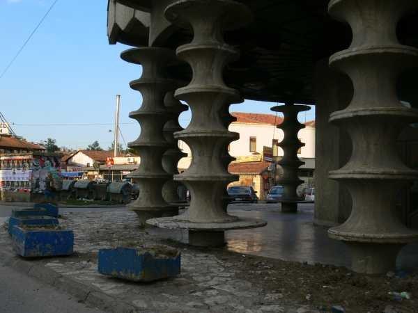 Novi Pazar, kolumny hotelu Vrbak, socjalistycznej betonowej wersji karawanseraju/Fot. Z. Szczerek /INTERIA.PL
