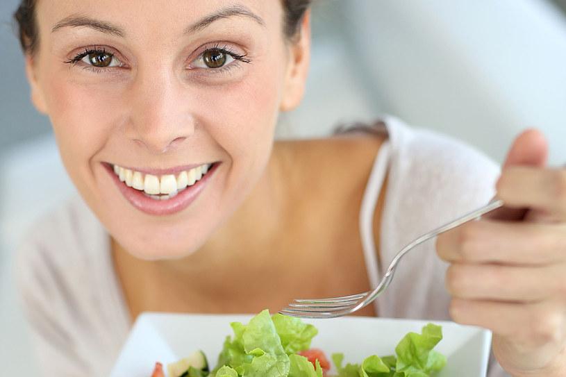 Nowa dieta chroni między innymi przed zawałem, udarem i otyłością brzuszną /123RF/PICSEL