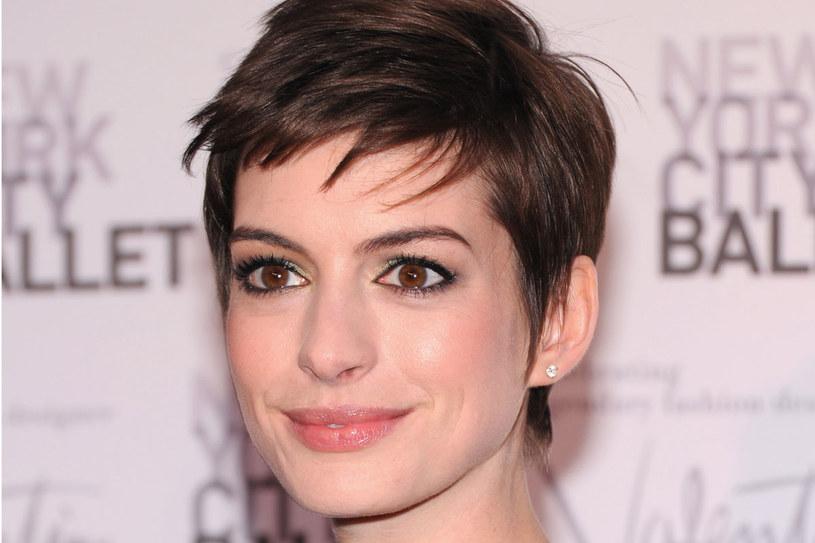 """Nowa fryzura Anne Hathaway  nie powstała z jej własnej inicjatywy - aktorka obcięła włosy do roli w """"Nędznikach"""" /Getty Images/Flash Press Media"""