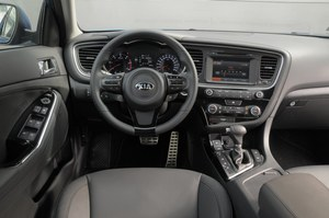 Nowa, gruba kierownica tylko na pierwszy rzut oka wydaje się przeładowana. Deska rozdzielcza w górnej części wykonana jest ze świetnych materiałów. Nocą przeszkadza zbyt mocno świecący ekran na konsoli środkowej. /Motor