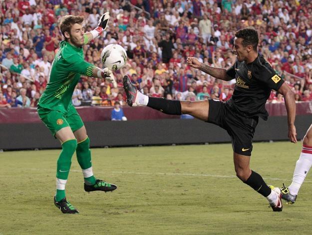 Nowa gwiazda FC Barcelona Thiago Alcantara szturmuje bramkę Manchesteru United /AFP