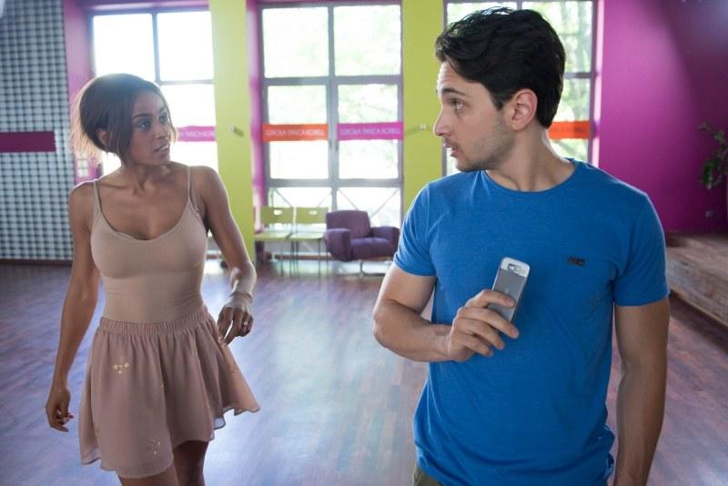Nowa instruktorka zrobi ogromne wrażenie na Irku (Otar Saralidze). Czy tych dwoje połączy coś więcej, niż tylko taneczny parkiet? /Agencja W. Impact
