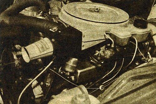 Nowa obudowa filtru z termostatycznym sterowaniem temperatury powietrza zasilającego silnik, zwalnia kierowcę od ręcznego przysłaniania wlotów gorącego i zimnego powietrza. Poniżej widoczny jest nowy kolektor ssący, który przypomina bardziej płaską puszkę niż znane dotychczas przewody dolotowe.