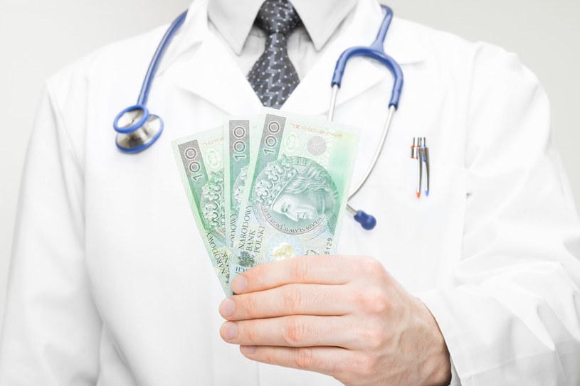 Nowa siatka płac medyków zakłada obniżki ich pensji w stosunku do przeciętnego wynagrodzenia w kraju /123RF/PICSEL