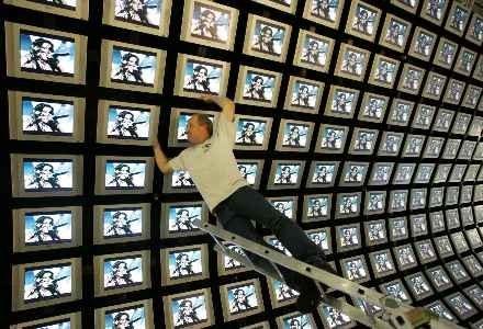 Nowa technologia ma być tańsza od OLED i konkurencyjna wobec LCD /AFP