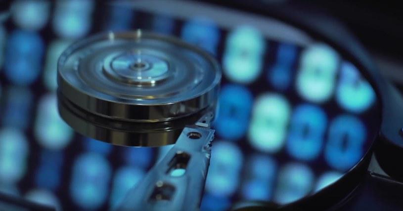 Nowa technologia wiąże nanocząsteczki złota ze szkłem hybrydowym o wysokiej mechanicznej wytrzymałości i umożliwia zapis danych z pomocą pełnego widma widzialnego światła /materiały prasowe