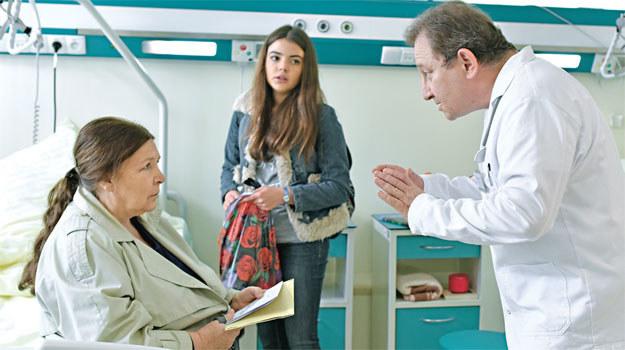 Nowakowa w szpitalu – z Olyią (Katarzyna Ucherska) i lekarzem (Sławomir Holland) /materiały prasowe