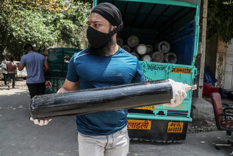 Nowe Delhi: Krewny pacjenta zakażonego COVID-19 przenosi uzupełnioną  butlę z tlenem medycznym /Naveen Sharma / Zuma Press /AFP