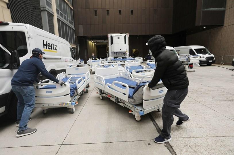 Nowe łóżka szpitalne są teraz bardzo potrzebne w nowojorskich szpitalach /AFP
