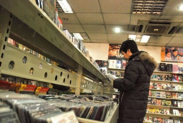 Nowe prawo oznacza dla nas częstsze wizyty w sklepach z filmami? /AFP