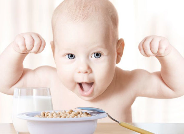 Nowe produkty nadal podawaj ostrożnie, ze względu na możliwość wystąpienia u dziecka reakcji alergicznej /123RF/PICSEL