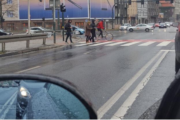 Nowe przejście dla pieszych przy moście Dębnickim /poboczem.pl