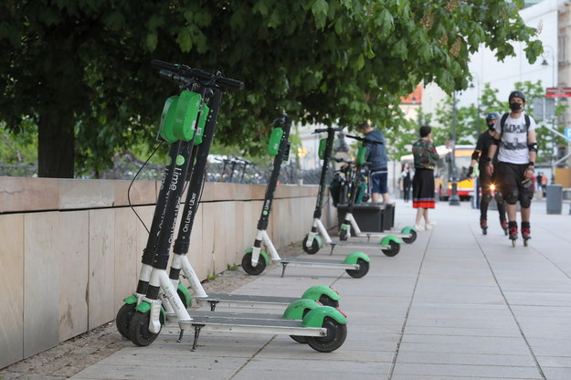 Nowe przepisy regulujące zasady poruszania się i parkowania elektrycznych hulajnóg wchodzą w życie od 20 maja /Paweł Supernak /PAP