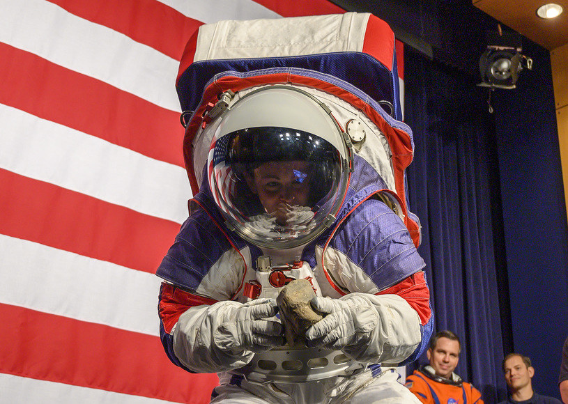 Nowe skafandry NASA zaprezentowane w 2019 roku /AFP