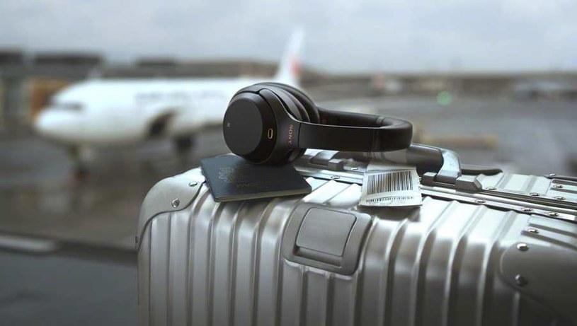 Nowe słuchawki sprawdzą się w samolocie: mają wbudowane czujniki ciśnienia, optymalizujące redukcję zewnętrznych hałasów na dużych wysokościach. /materiały prasowe