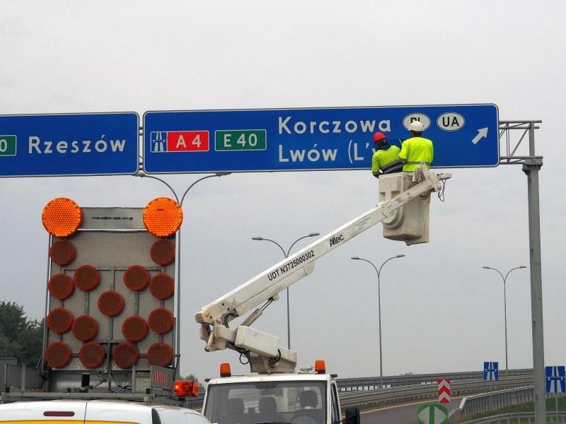 Nowe tablice na A4. Na ich montaż pofatygował się minister (fot: GDDKiA) /