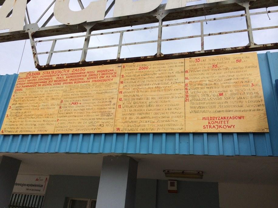 Nowe tablice na bramie nr 2 Stoczni Gdańskiej /Kuba Kaługa /RMF FM