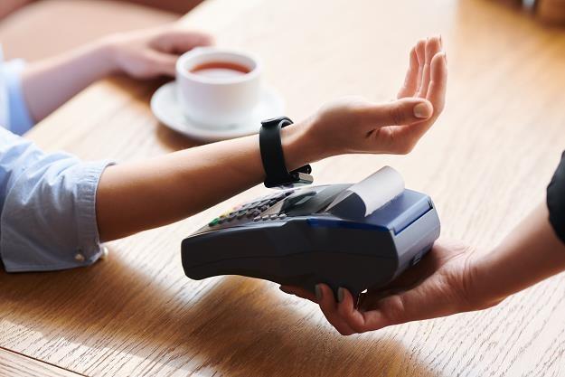 Nowe technologie wypierają gotówkę /©123RF/PICSEL
