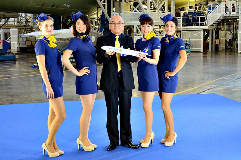 Nowe uniformy stewardess linii lotniczych Skymark wzbudziły kontrowersje zanim pracownice zaczęły je nosić /Nikkei /materiały prasowe