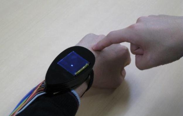 Nowe urządzenie zamienia wierzchnią część dłoni w ekran dotykowy /Gadżetomania.pl