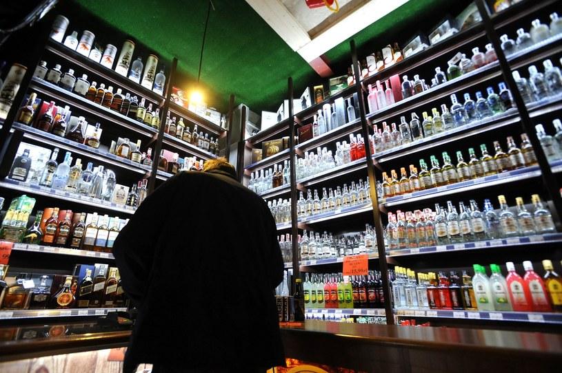 Nowelizacja ustawy o wychowaniu w trzeźwości i przeciwdziałaniu alkoholizmowi pozostawiająca samorządom decyzję o możliwości ograniczenia sprzedaży alkoholu w godzinach 22.00 - 6.00 /Wojciech Stóżyk /Reporter