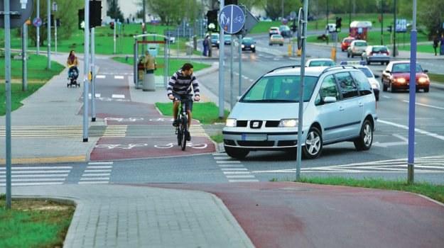 Nowelizacja z maja 2011 r. dała rowerzyście na ścieżce rowerowej pierwszeństwo przed autem. Niestety, od tej pory na ścieżkach dochodzi do większej liczby wypadków. /Motor