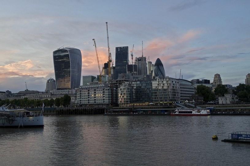 Nowoczesna architektura nie jest w Londynie w kontrze do starego. Nadrzeczne szklane apartamentowce kojarzą się z żaglowcami, fot. Marek MICHALAK /East News