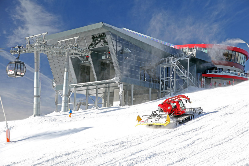 Nowoczesna kolejka linowa Funitel i groomer na wzgórzu Chopok w ośrodku narciarskim Jasna /123RF/PICSEL