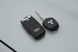Nowoczesność w wydaniu Kii, kontra tradycyjny kluczyk ASX-a. Tym razem tradycja przegrywa. /Motor