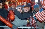 Nowojorczycy w noworocznych okularach na Times Square /RMF24.pl