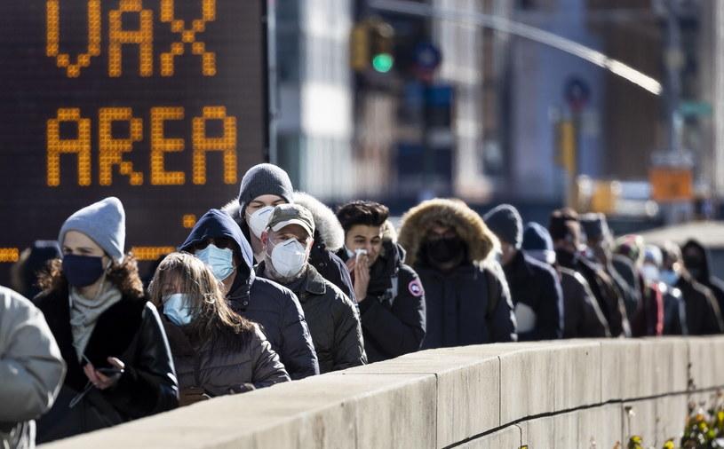 Nowojorczycy w oczekiwaniu na szczepienie przeciwko covid. /JUSTIN LANE /PAP/EPA