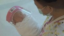 Nowonarodzone dzieci dostają przyłbice ochronne