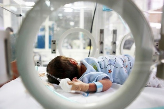 Noworodek nie może określić natężenia cierpienia, które go dotyka. Obowiązek spada na rodziców /123RF/PICSEL