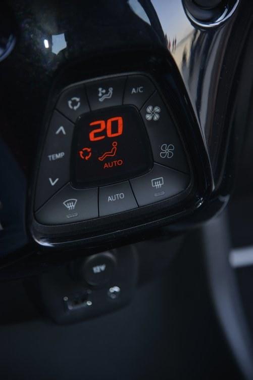 Nowość: klimatyzacja automatyczna. Przyciski są w niej trochę za małe. /Motor