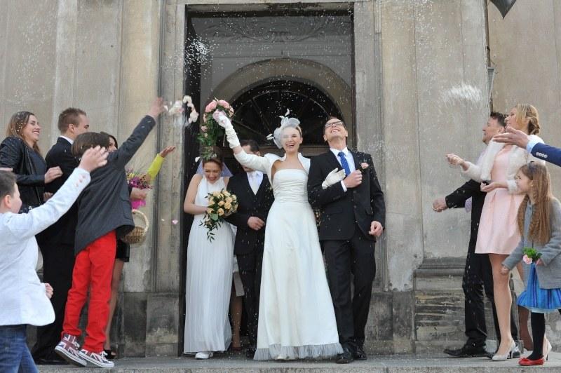Nowożeńców po wyjściu z kościoła przywita ryżowy deszcz. Małe, białe ziarenka mają symbolizować dostatek, szczęście i płodność. /Agencja W. Impact
