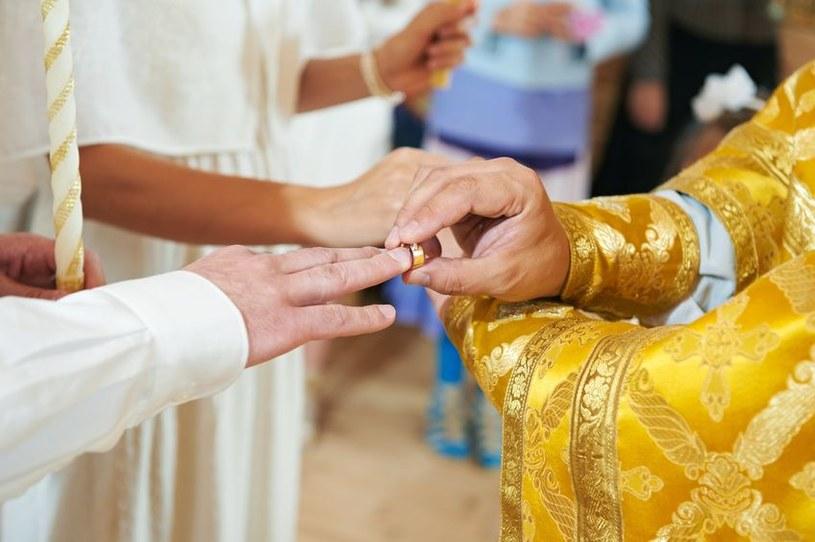 """""""Nowożeńcy wolą pieniądze od prezentów, ale bywa, że koperty, które dostają są puste"""" /123RF/PICSEL"""