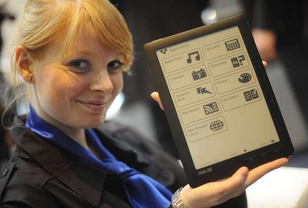 Nowy czytnik e-książek produkcji Asusa - zaprezentowany na targach CeBIT. To początek nowego trendu /AFP