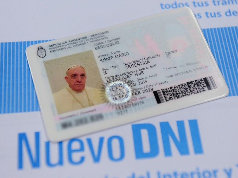 Nowy dowód osobisty papieża Franciszka /MINISTRY OF INTERIOR /PAP/EPA